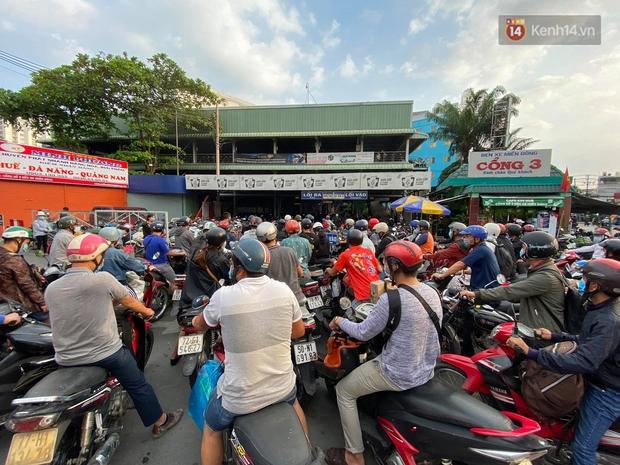 Chùm ảnh: Người dân đổ xô về quê nghỉ lễ 30/4 - 1/5, các cửa ngõ Sài Gòn bắt đầu ùn tắc kinh hoàng - Ảnh 12.