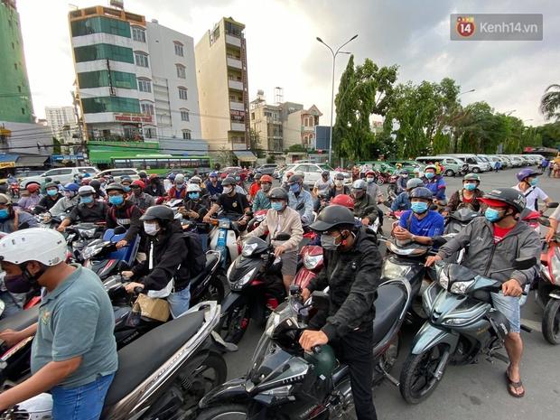 Chùm ảnh: Người dân đổ xô về quê nghỉ lễ 30/4 - 1/5, các cửa ngõ Sài Gòn bắt đầu ùn tắc kinh hoàng - Ảnh 13.