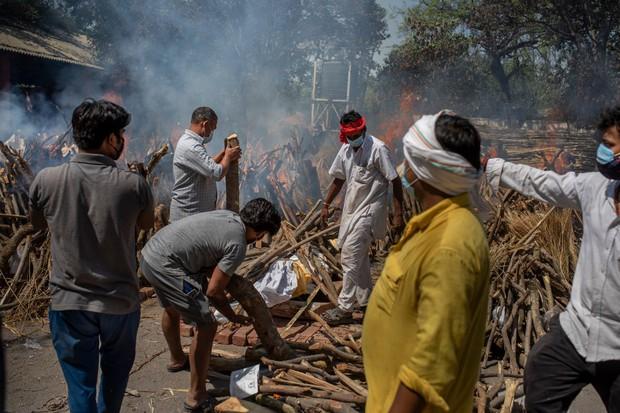 """Những hình ảnh nhói lòng nhất tại Ấn Độ: Tất cả đều đã kiệt quệ khi dịch bệnh giết người """"hung hãn hơn cả súng đạn - Ảnh 19."""