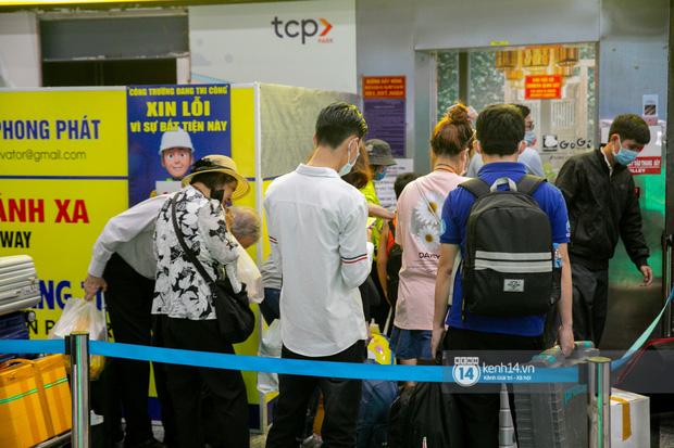 Ảnh: Tân Sơn Nhất đông nghẹt từ trong ra ngoài, các tuyến đường dẫn vào sân bay ùn tắc trước kỳ nghỉ lễ 30/4 - 1/5 - Ảnh 8.