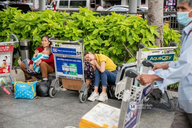 Ảnh: Tân Sơn Nhất đông nghẹt từ trong ra ngoài, các tuyến đường dẫn vào sân bay ùn tắc trước kỳ nghỉ lễ 30/4 - 1/5 - Ảnh 11.