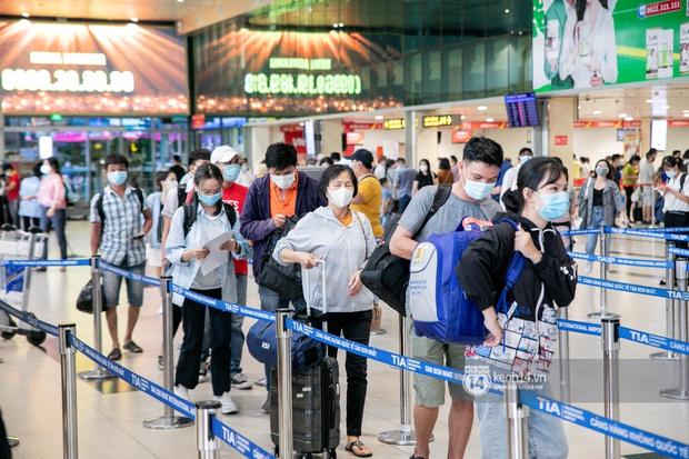 Ảnh: Tân Sơn Nhất đông nghẹt từ trong ra ngoài, các tuyến đường dẫn vào sân bay ùn tắc trước kỳ nghỉ lễ 30/4 - 1/5 - Ảnh 3.
