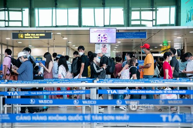 Ảnh: Tân Sơn Nhất đông nghẹt từ trong ra ngoài, các tuyến đường dẫn vào sân bay ùn tắc trước kỳ nghỉ lễ 30/4 - 1/5 - Ảnh 2.