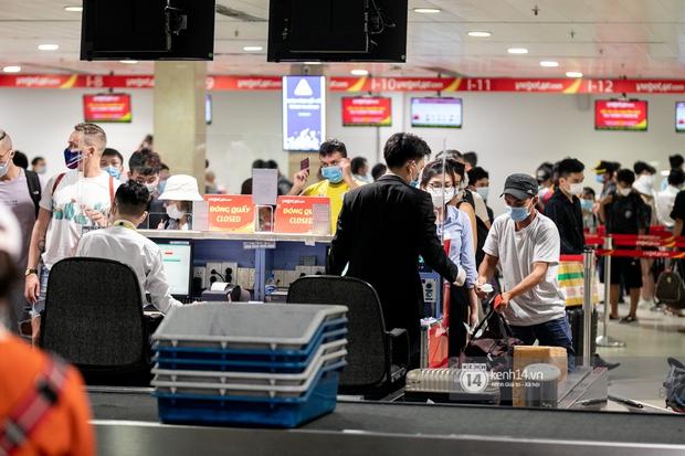 Ảnh: Tân Sơn Nhất đông nghẹt từ trong ra ngoài, các tuyến đường dẫn vào sân bay ùn tắc trước kỳ nghỉ lễ 30/4 - 1/5 - Ảnh 12.