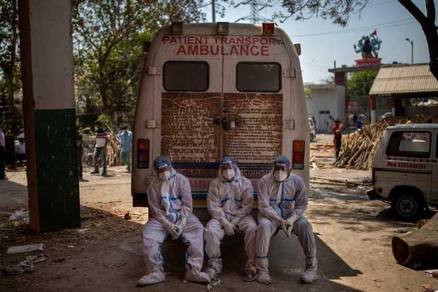 """Những hình ảnh nhói lòng nhất tại Ấn Độ: Tất cả đều đã kiệt quệ khi dịch bệnh giết người """"hung hãn hơn cả súng đạn - Ảnh 6."""