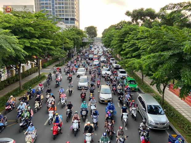 Chùm ảnh: Người dân đổ xô về quê nghỉ lễ 30/4 - 1/5, các cửa ngõ Sài Gòn bắt đầu ùn tắc kinh hoàng - Ảnh 21.
