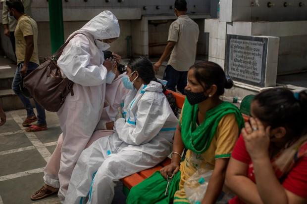"""Những hình ảnh nhói lòng nhất tại Ấn Độ: Tất cả đều đã kiệt quệ khi dịch bệnh giết người """"hung hãn hơn cả súng đạn - Ảnh 7."""