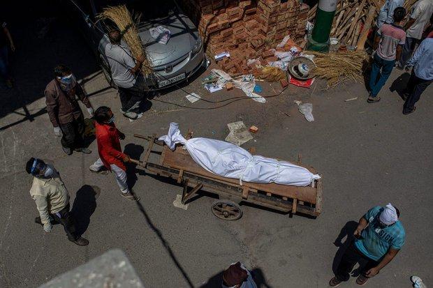 """Những hình ảnh nhói lòng nhất tại Ấn Độ: Tất cả đều đã kiệt quệ khi dịch bệnh giết người """"hung hãn hơn cả súng đạn - Ảnh 8."""