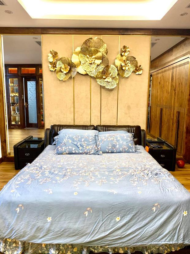 Nhà phố 450m2 của vợ chồng Hà Nội khiến dân tình loá mắt vì như biệt phủ gỗ, có món nặng đến mức cần 25 người khiêng - Ảnh 12.