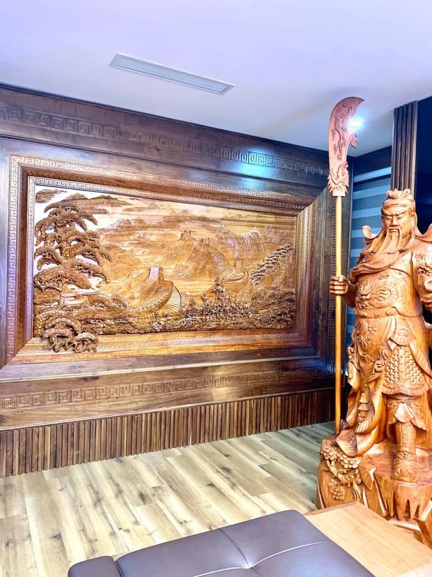 Nhà phố 450m2 của vợ chồng Hà Nội khiến dân tình loá mắt vì như biệt phủ gỗ, có món nặng đến mức cần 25 người khiêng - Ảnh 9.