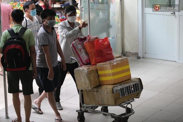 Chùm ảnh: Người dân đổ xô về quê nghỉ lễ 30/4 - 1/5, các cửa ngõ Sài Gòn bắt đầu ùn tắc kinh hoàng - Ảnh 8.