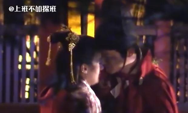 Viên Băng Nghiên lại quay cảnh hôn 7749 lần mới xong, dân tình sợ cảnh nóng bị cắt thảm như đợt Lưu Ly - Ảnh 2.