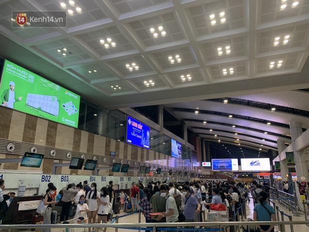 Ảnh: Sân bay Nội Bài trước kỳ nghỉ lễ 30/4 - 1/5, lượng khách khá đông nhưng không bị quá tải - Ảnh 4.