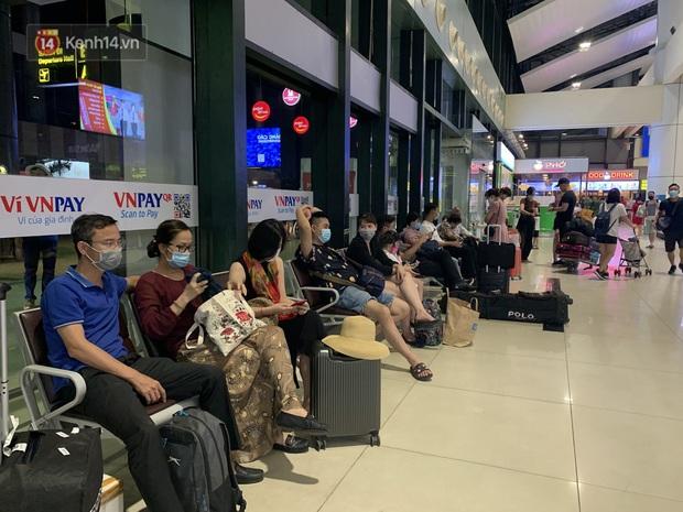 Ảnh: Sân bay Nội Bài trước kỳ nghỉ lễ 30/4 - 1/5, lượng khách khá đông nhưng không bị quá tải - Ảnh 6.
