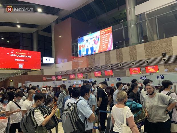 Ảnh: Sân bay Nội Bài trước kỳ nghỉ lễ 30/4 - 1/5, lượng khách khá đông nhưng không bị quá tải - Ảnh 2.