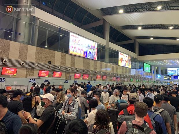 Ảnh: Sân bay Nội Bài trước kỳ nghỉ lễ 30/4 - 1/5, lượng khách khá đông nhưng không bị quá tải - Ảnh 1.