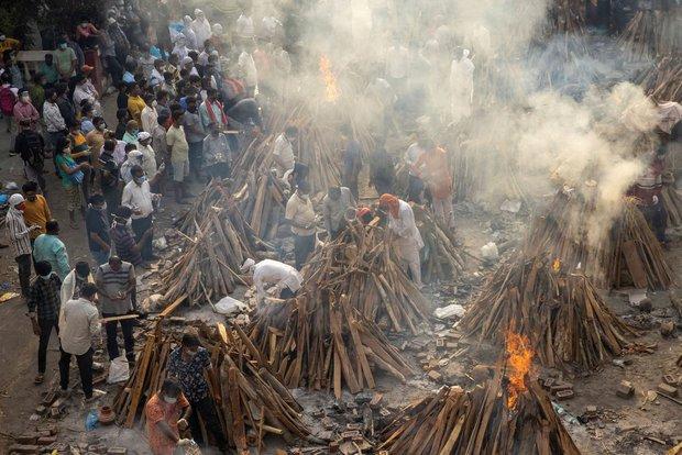 Ngày chết chóc của Ấn Độ: Số ca nhiễm và tử vong tiếp tục lập kỷ lục thế giới, người đào huyệt làm việc ngày đêm không đủ - Ảnh 2.