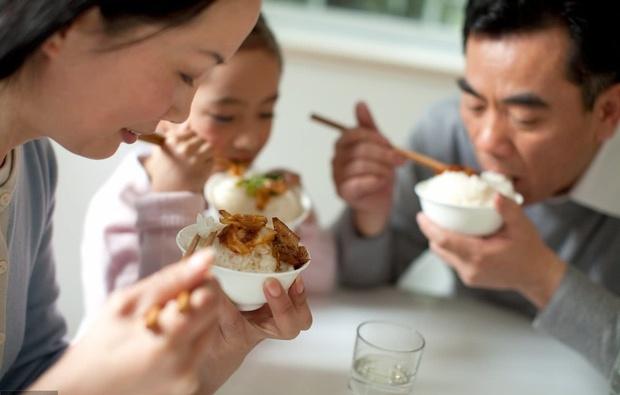 2 vợ chồng nhập viện vì dùng đồ ăn thừa để qua đêm: Bác sĩ cảnh báo 4 món càng để lâu trong mùa hè càng dễ gây hại nội tạng - Ảnh 2.