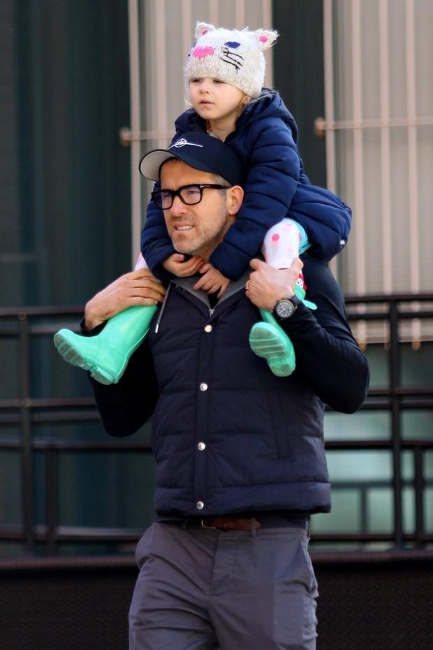 Để con gái đỡ nghiện Baby Shark, Deadpool Ryan Reynolds cho bé xem luôn phim cá mập ăn thịt người do... mẹ ruột đóng - Ảnh 4.
