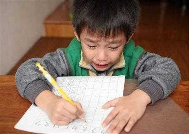 Con trai ngày đầu đi học đã khóc nức nở vì bị cô giáo phớt lờ, hỏi ra mới biết lý do bởi cái tên quá lạ không ai dám gọi - Ảnh 2.