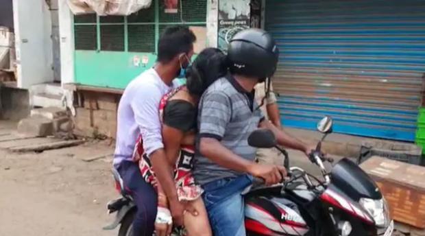 Cảnh tượng ám ảnh và xót xa tại địa ngục Ấn Độ: Con trai chở thi thể mẹ bằng xe máy đi hỏa táng cùng nhiều thảm kịch đau thấu tim gan - Ảnh 2.