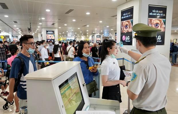 Sân bay Nội Bài đón lượng khách đạt mức kỷ lục dịp nghỉ lễ 30/4 - 1/5 - Ảnh 1.