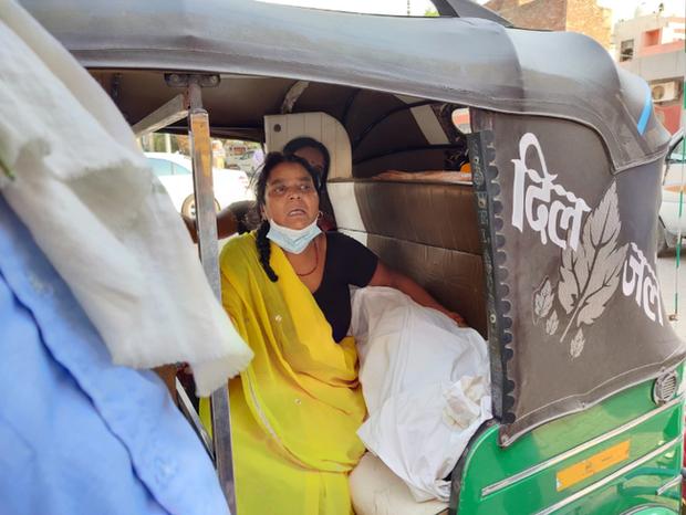 Cảnh tượng ám ảnh và xót xa tại địa ngục Ấn Độ: Con trai chở thi thể mẹ bằng xe máy đi hỏa táng cùng nhiều thảm kịch đau thấu tim gan - Ảnh 3.