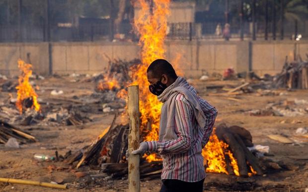 Cảnh tượng ám ảnh và xót xa tại địa ngục Ấn Độ: Con trai chở thi thể mẹ bằng xe máy đi hỏa táng cùng nhiều thảm kịch đau thấu tim gan - Ảnh 5.