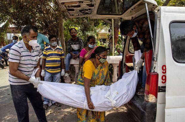 Ngày chết chóc của Ấn Độ: Số ca nhiễm và tử vong tiếp tục lập kỷ lục thế giới, người đào huyệt làm việc ngày đêm không đủ - Ảnh 3.