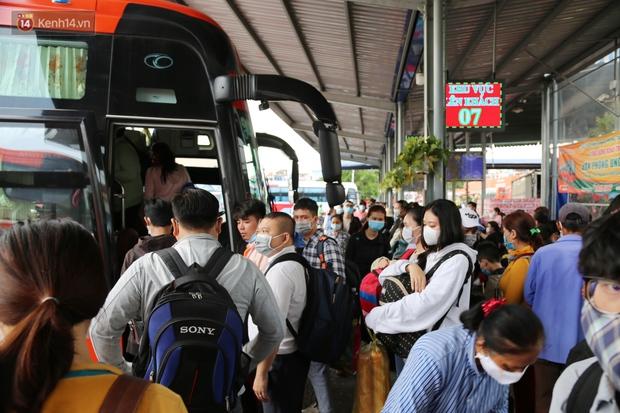 Chùm ảnh: Người dân đổ xô về quê nghỉ lễ 30/4 - 1/5, các cửa ngõ Sài Gòn bắt đầu ùn tắc kinh hoàng - Ảnh 15.