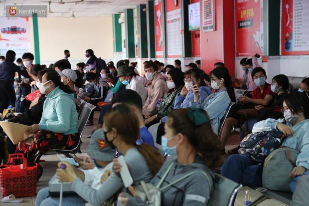 Chùm ảnh: Người dân đổ xô về quê nghỉ lễ 30/4 - 1/5, các cửa ngõ Sài Gòn bắt đầu ùn tắc kinh hoàng - Ảnh 17.