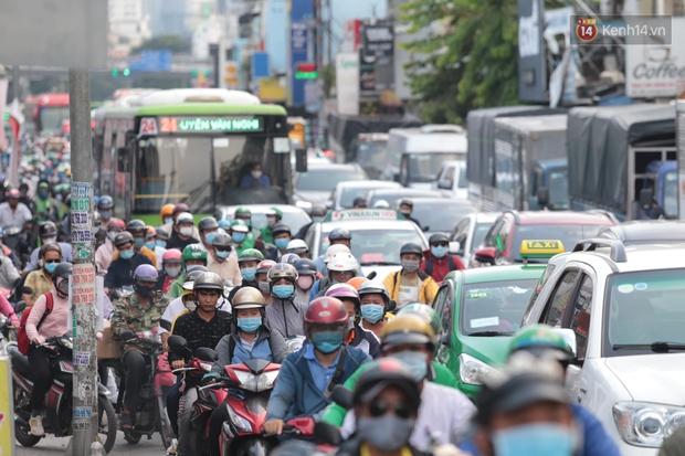 Chùm ảnh: Người dân đổ xô về quê nghỉ lễ 30/4 - 1/5, các cửa ngõ Sài Gòn bắt đầu ùn tắc kinh hoàng - Ảnh 2.