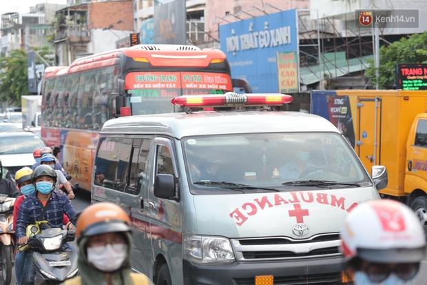 Chùm ảnh: Người dân đổ xô về quê nghỉ lễ 30/4 - 1/5, các cửa ngõ Sài Gòn bắt đầu ùn tắc kinh hoàng - Ảnh 4.