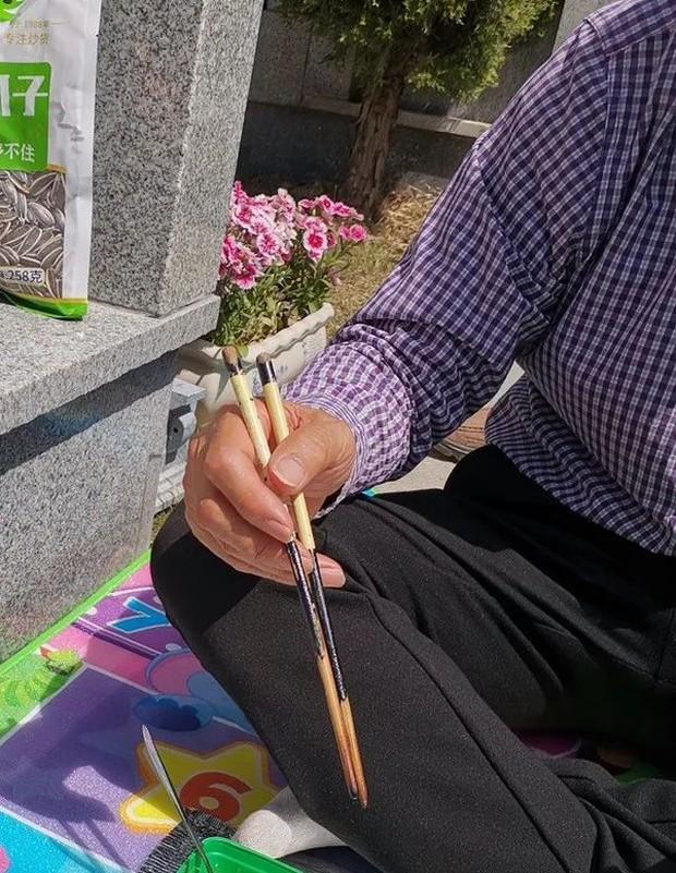 Cả MXH sục sôi giúp một cô gái đi tìm… đôi đũa cũ đánh rơi trên đường, khi biết nguyên do ai cũng cảm động nghẹn ngào - Ảnh 1.