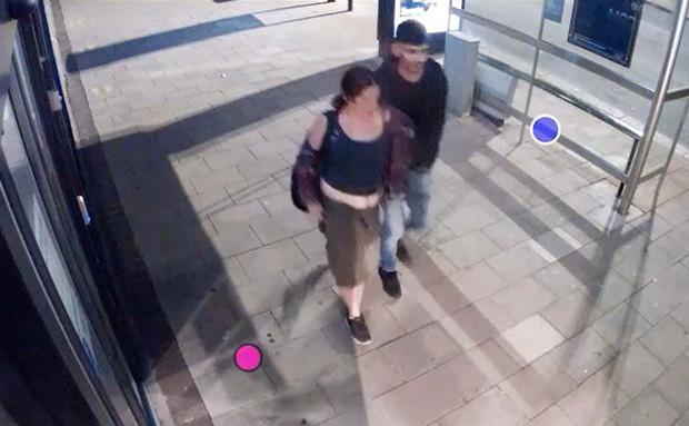 Video: Người đàn ông đeo balo lớn kì lạ xuất hiện trước cổng tòa nhà, không ngờ phía sau lại ẩn giấu tội ác cực kỳ tàn bạo - Ảnh 1.