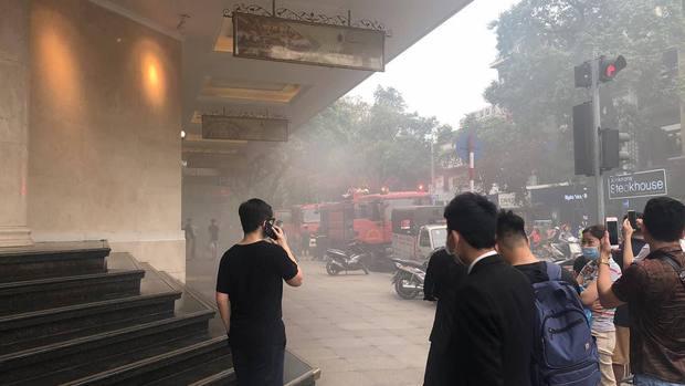 NÓNG: Cháy ô tô dưới tầng hầm Tràng Tiền Plaza, nhiều người dân hoảng hốt - Ảnh 1.