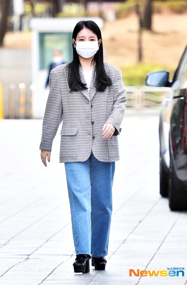 Dàn sao Hàn đi làm mà như sàn diễn: Park Bom chân thon bất ngờ, Soyeon (G)I-DLE bơ phờ sau phốt của Soojin - Ảnh 13.