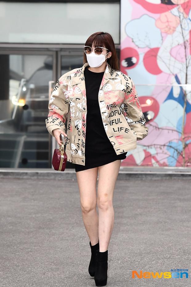 Dàn sao Hàn đi làm mà như sàn diễn: Park Bom chân thon bất ngờ, Soyeon (G)I-DLE bơ phờ sau phốt của Soojin - Ảnh 4.