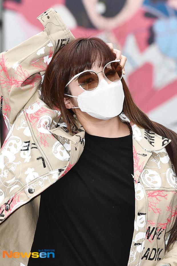 Dàn sao Hàn đi làm mà như sàn diễn: Park Bom chân thon bất ngờ, Soyeon (G)I-DLE bơ phờ sau phốt của Soojin - Ảnh 2.