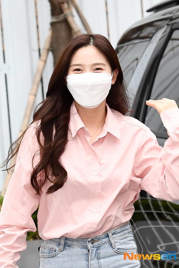 Dàn sao Hàn đi làm mà như sàn diễn: Park Bom chân thon bất ngờ, Soyeon (G)I-DLE bơ phờ sau phốt của Soojin - Ảnh 8.