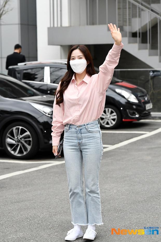 Dàn sao Hàn đi làm mà như sàn diễn: Park Bom chân thon bất ngờ, Soyeon (G)I-DLE bơ phờ sau phốt của Soojin - Ảnh 9.