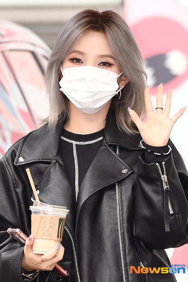 Dàn sao Hàn đi làm mà như sàn diễn: Park Bom chân thon bất ngờ, Soyeon (G)I-DLE bơ phờ sau phốt của Soojin - Ảnh 6.
