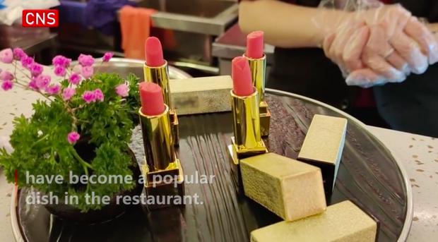 Nhà hàng Trung Quốc cho khách ăn tráng miệng với… son trang điểm, khách nam giới cũng đổ xô đến vì một lý do - Ảnh 2.