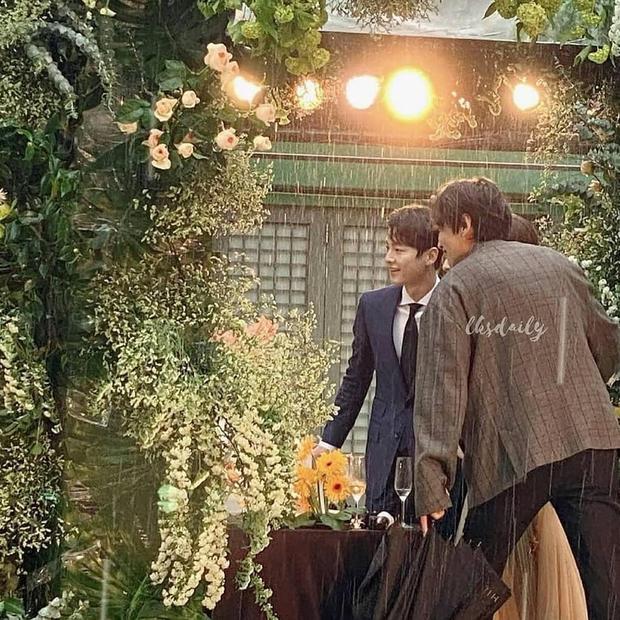 Song Joong Ki và Lee Kwang Soo lên đồ bảnh bao đi dự hôn lễ bạn, ai dè lại ở chính địa điểm cưới vợ cũ Song Hye Kyo - Ảnh 3.