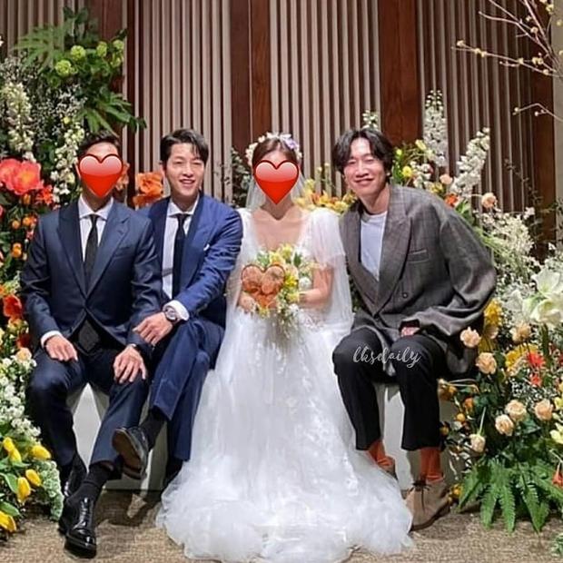 Song Joong Ki và Lee Kwang Soo lên đồ bảnh bao đi dự hôn lễ bạn, ai dè lại ở chính địa điểm cưới vợ cũ Song Hye Kyo - Ảnh 2.