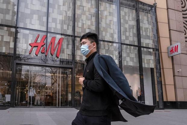 Liên hoàn phốt của H&M suốt thời gian qua: Từ cổ phiếu lao dốc, nhiều store đóng cửa cho đến bị tẩy chay - Ảnh 3.