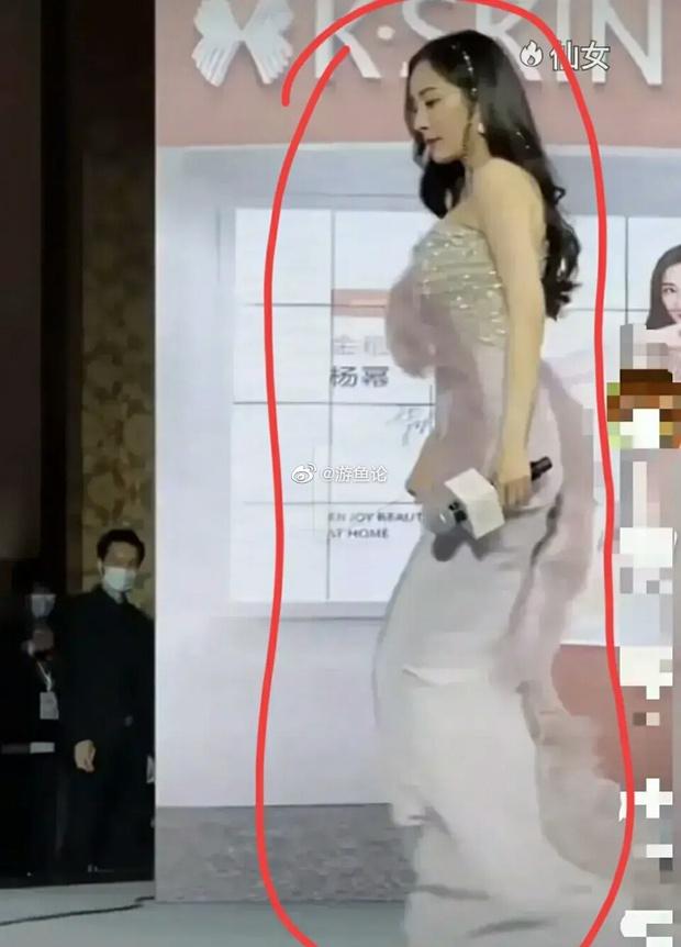Dương Mịch bị chê nhiều nhất hôm nay: Visual xuống cấp vì tăng cân, vòng eo manga biến mất, chiếc váy lông lá còn thảm hoạ hơn - Ảnh 11.