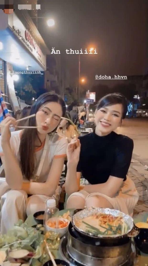 Đỗ Thị Hà và Lương Thuỳ Linh dự event rồi về xả vai đi ăn vỉa hè, thiếu đồ lồng lộn mà vẫn xinh xỉu ngang xỉu dọc - Ảnh 4.