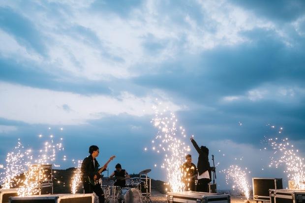 Đem dàn nhạc giao hưởng ra giữa rừng núi, Em Đừng Khóc của Chillies nghe rất chill nhưng netizen phát hiện điều sai sai - Ảnh 2.