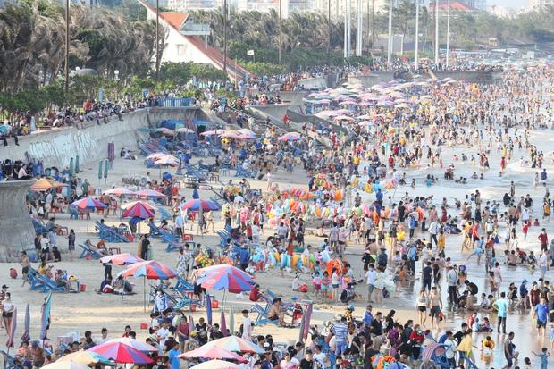 Xôn xao hình ảnh biển người chen nhau ở bãi biển Vũng Tàu dịp nghỉ lễ 30/4 - 1/5 - Ảnh 2.